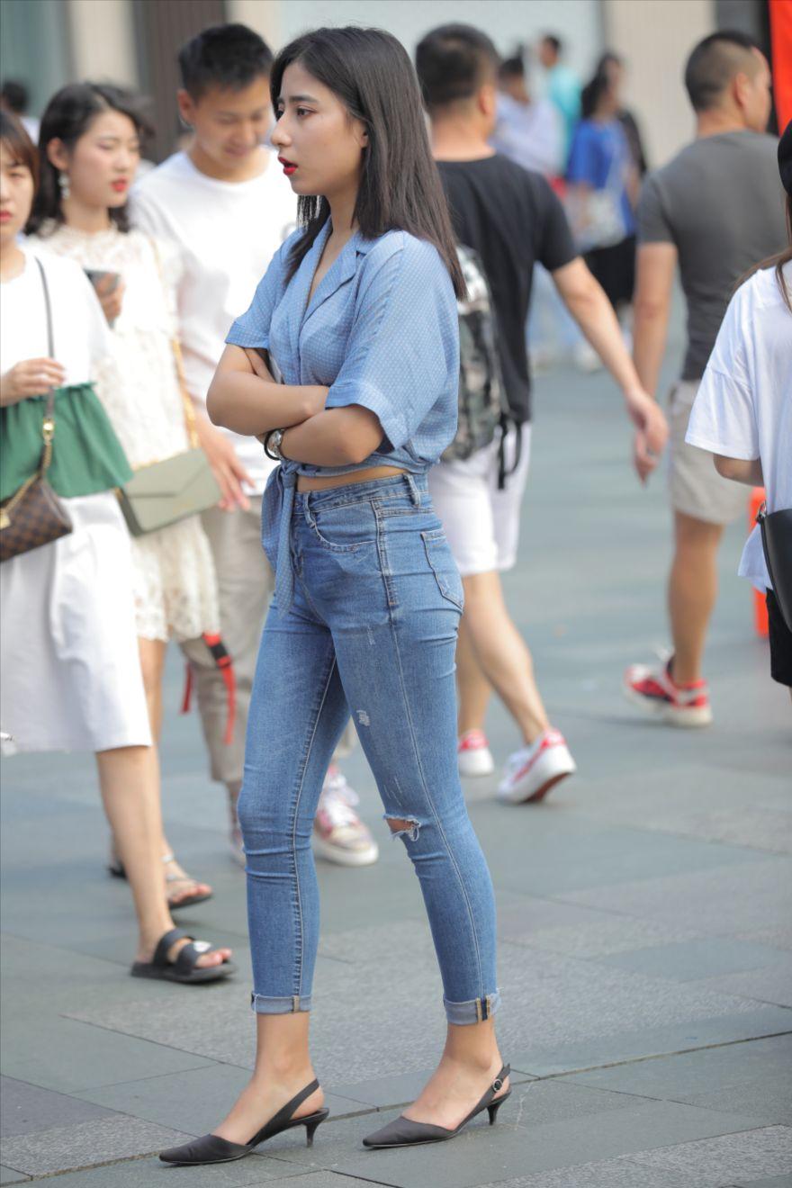 时尚的牛仔裤